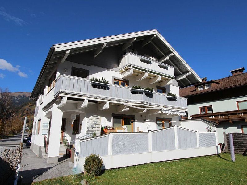 Mountain-View Apartment with Garden in Mühlbach, holiday rental in Zell am See