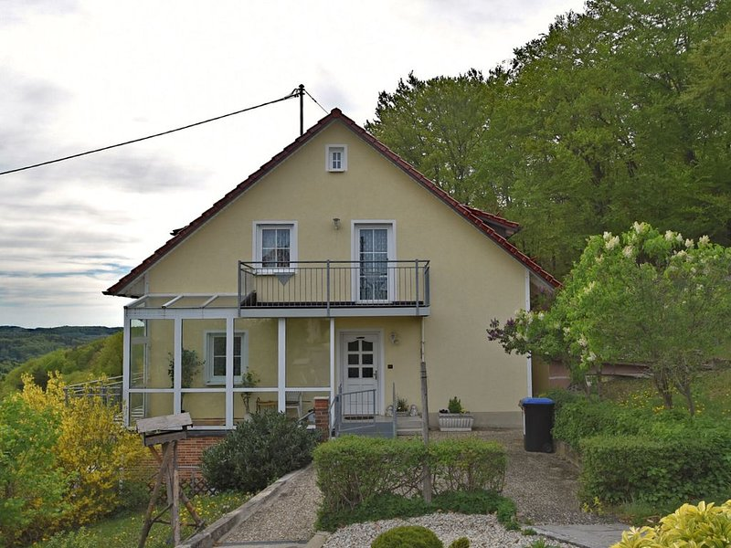 Charming Apartment in Gößweinstein with Private Garden, holiday rental in Wiesenttal
