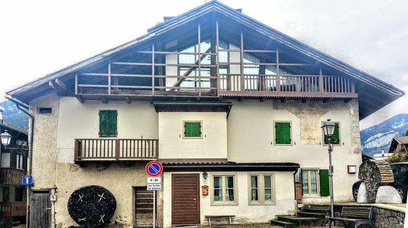Splendida mansarda  vista Dolomiti a Mezzano. 4 posti comodi più divano letto., location de vacances à Mezzano