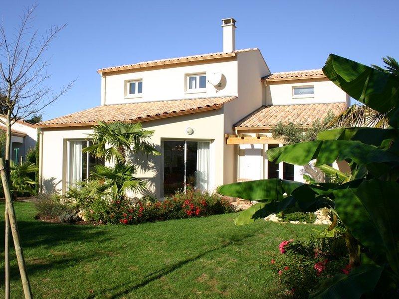 Villa met mooie tuin rondom , rustig gelegen, met zwembad en dichtbij het strand, vacation rental in Saint-Palais-sur-Mer