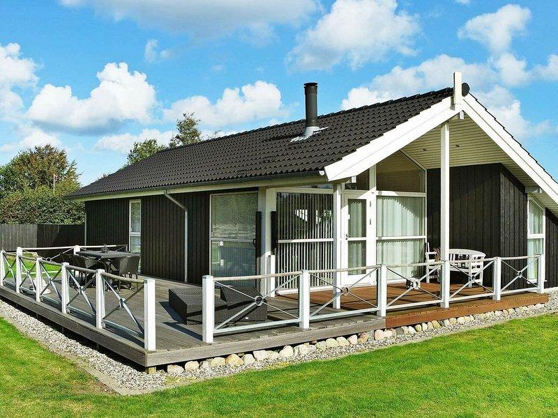 Enthralling Holiday Home in Hadsund near Sea, vacation rental in Rebild Municipality