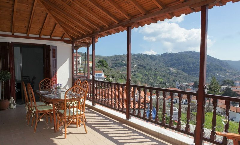 Apsenti House in the center of Glossa, casa vacanza a Loutraki