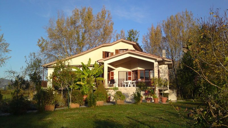 Villa Alberto, tranquil countryside btw Rome & Naples, stunning mountain views, holiday rental in Sant'Elia Fiumerapido