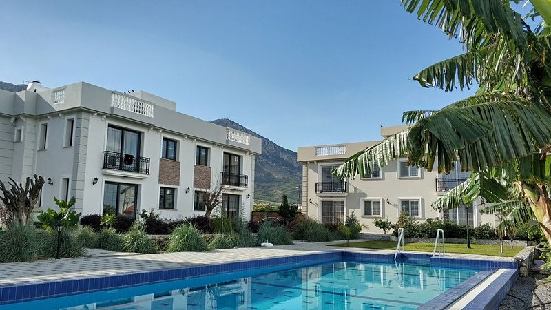 Relaxing vacation in the sun near the swimming pool, beach & restaurants, vacation rental in Lapta
