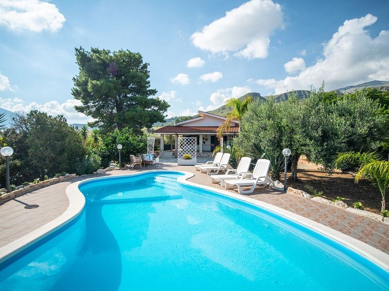 Villa with annex, only 150m from the sea but also with private pool!, holiday rental in Villaggio Sporting