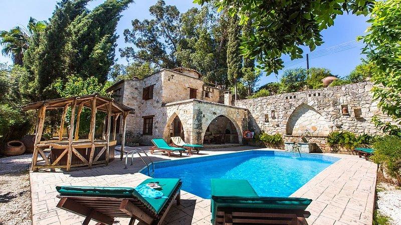 Fantastic Stone Villa, Private Pool, Sauna, Jacuzzi Hot Tub in the Idyllic locat, vacation rental in Kato Akourdalia