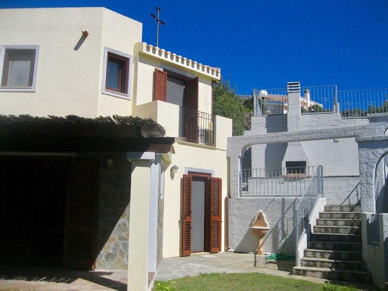 Luminosa Villetta con giardino,aria condizionata,barbecue,e parcheggio privato., holiday rental in Eden Rock