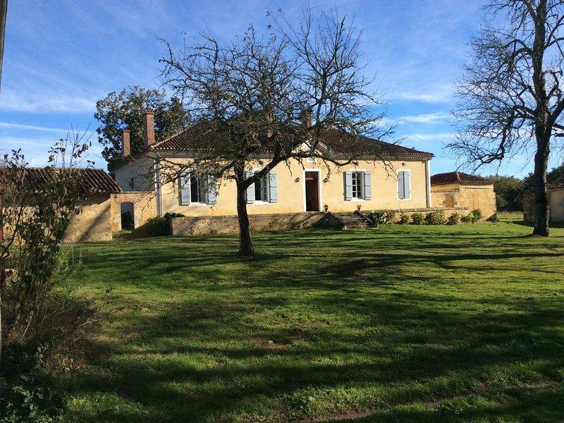 Belle maison de famille  fin XVIII , piscine, entièrement rénovée, raffinée et p, holiday rental in Saint-Gor