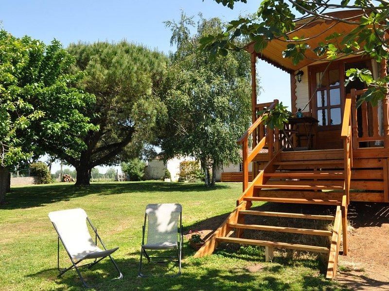 Roulotte de charme avec piscine intérieure chauffée, alquiler vacacional en La Gripperie-Saint-Symphorien