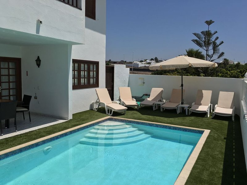 Stunning Villa Margarita.  Excellent location in Puerto Del Carmen with sea view, Ferienwohnung in Tias