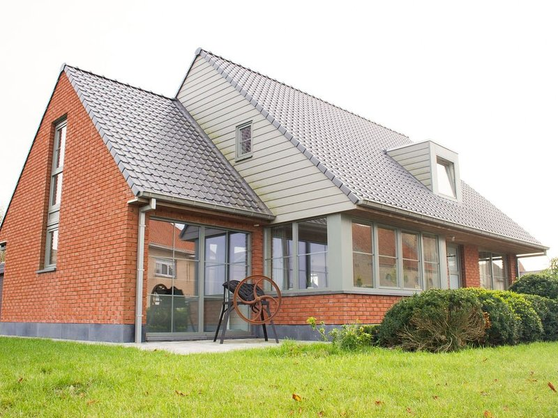 Beautiful Holiday Home with Private Garden in Alveringem, vacation rental in Alveringem
