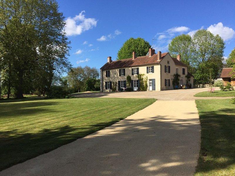 Une grande maison de famille, idéale pour découvrir Bourges et les vignobles, location de vacances à Neuvy-sur-Barangeon