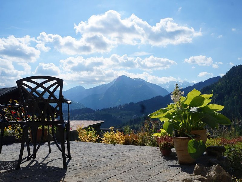 Outstanding romantic cottage with stunning views, near Morzine, holiday rental in La Cote-d'Arbroz