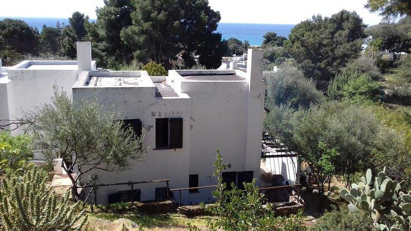 villa su 2 piani con giardino in complesso riservato e prospiciente la spiaggia, holiday rental in Terra Mala