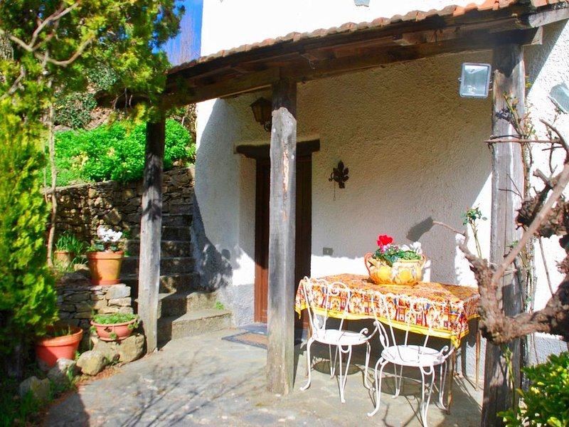 Rustic home in the countryside for a holiday full of relaxation and privacy, casa vacanza a Chiusanico