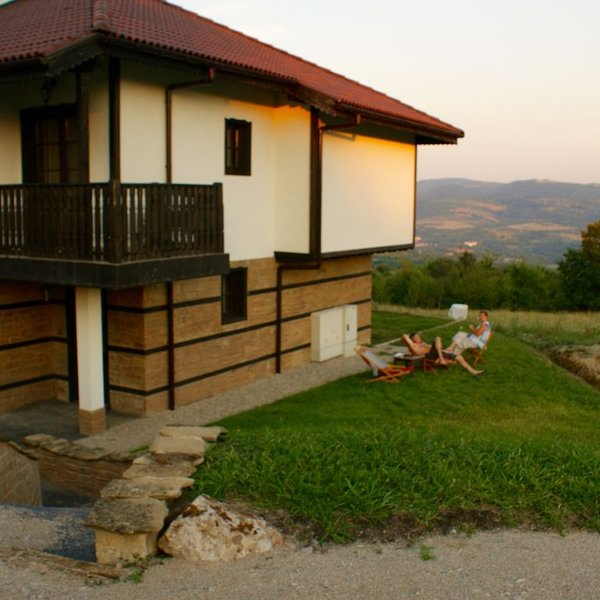 Family/couples or escape holiday/rural retreat with beautiful mountain views, location de vacances à Vrabtsite
