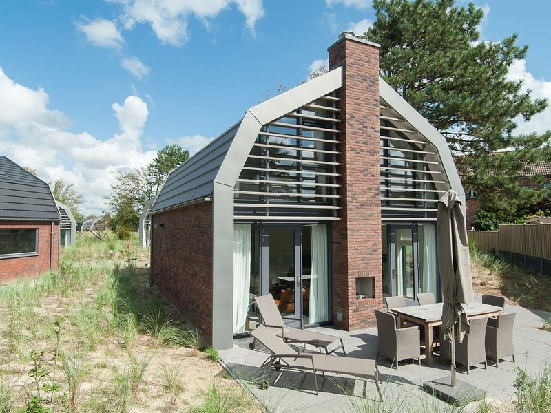 Beautiful new villa with sauna surrounded by dune reserve near the sea, holiday rental in Heiloo