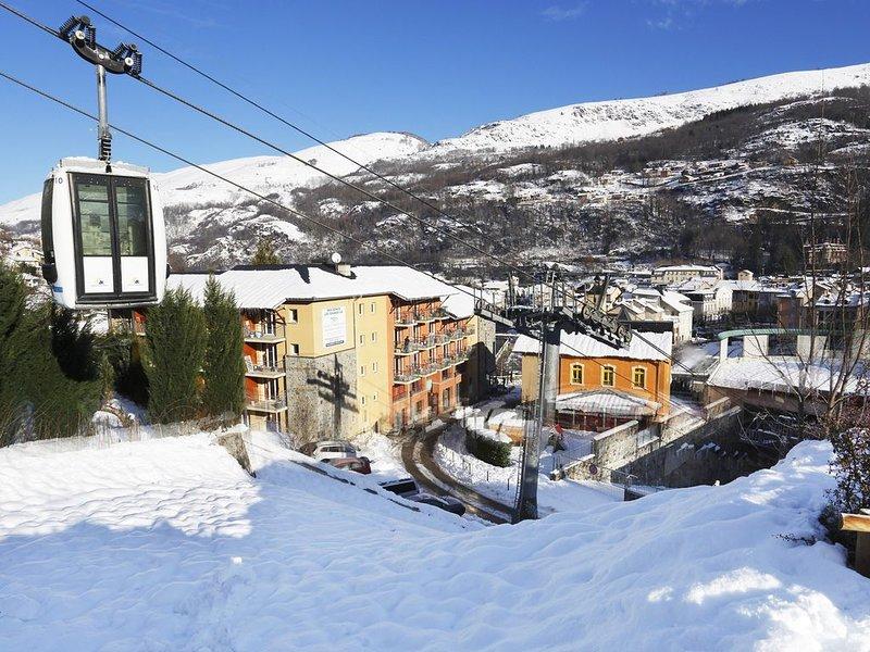Super endroit ! Appartement de montagne avec accès piscine, à 100m du centre, vacation rental in Ascou