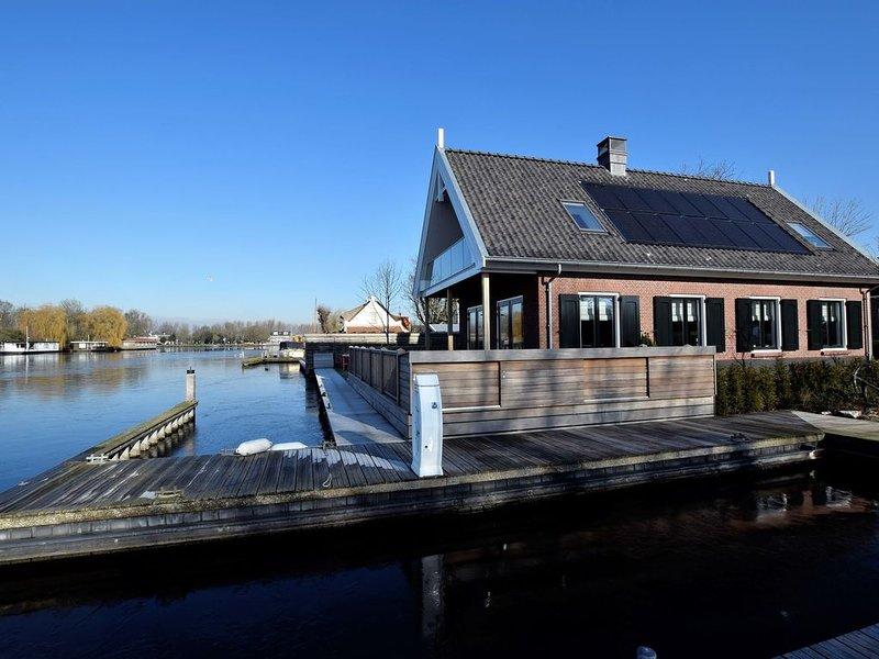 Luxurious Villa with Private Garden in Kaag, vakantiewoning in Leiden