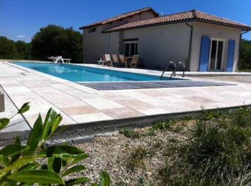 Charmante et agréable maison avec grande piscine chauffée au coeur du LOT., Ferienwohnung in Saint-Daunes