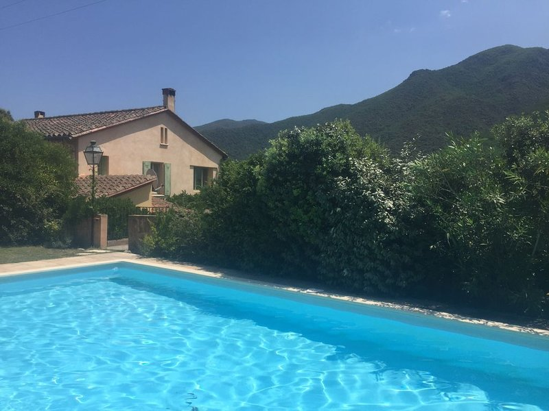 Characterful stone farmhouse with  stunning views of Pyrenees, location de vacances à Corsavy
