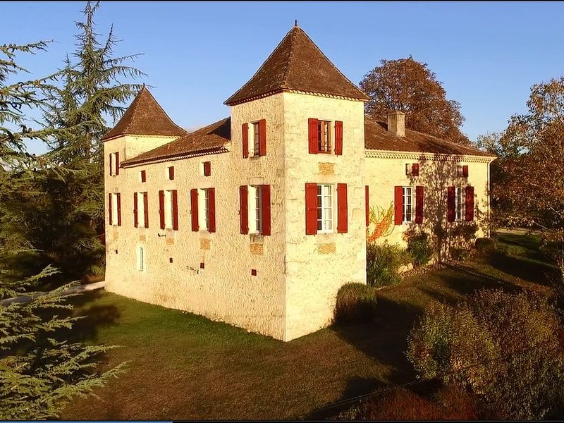 Luxury Château Sleeps Up To 21, Heated Pool,  Floodlit Tennis, Wifi, BBQ, Piano, location de vacances à Thézac