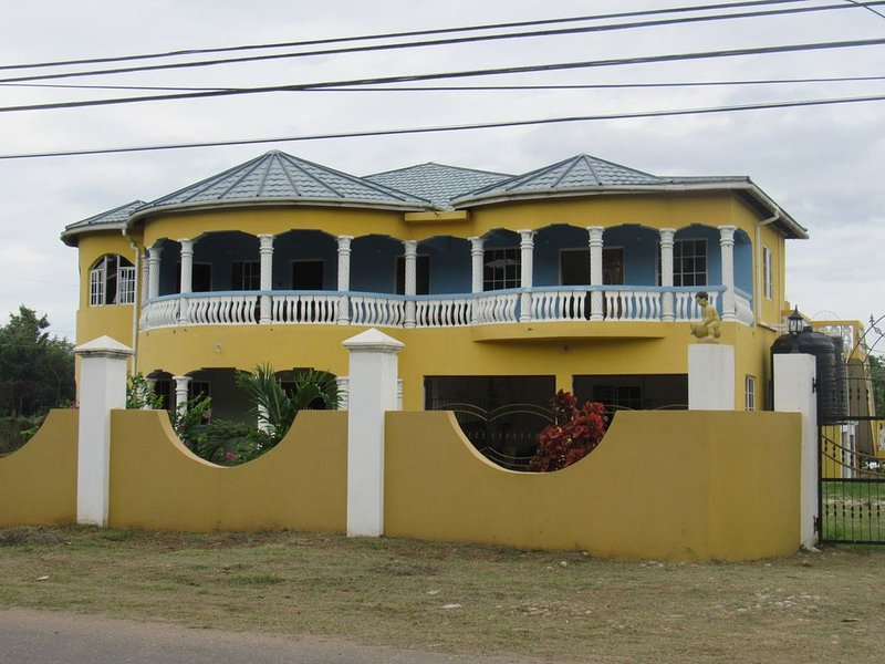 Jamaica Innternational  4 bed House/flat with Pool, location de vacances à Old Harbour