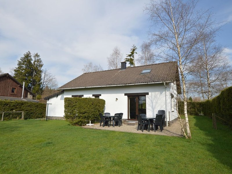 Cozy Holiday Home in Mont Liege with Garden, holiday rental in Hockai