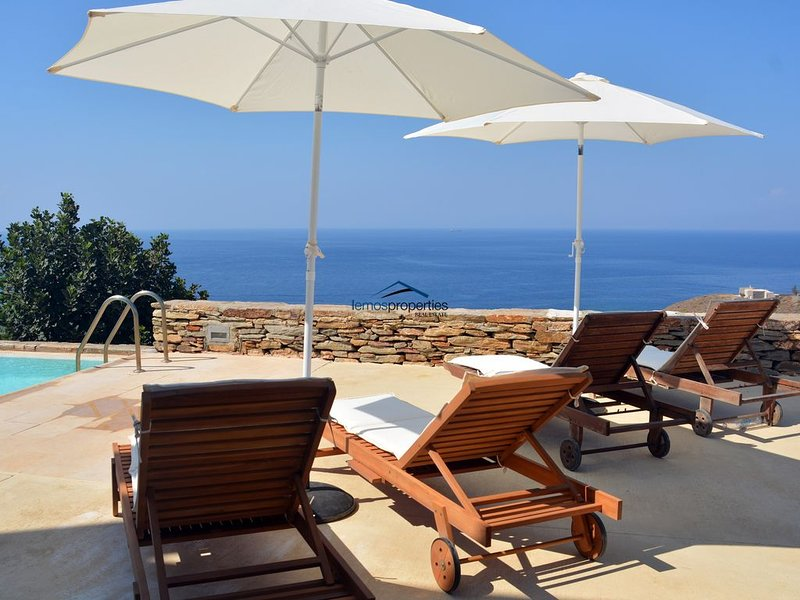 Family villa with a swimming pool and amazing sea view, alquiler vacacional en Ceos