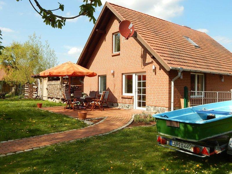 Modern Cottage near Lake in Neu Poserin, casa vacanza a Muhl Rosin