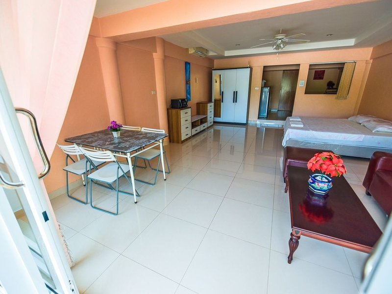 Comfortable, Calm & Cute Apartment, vacation rental in Nai Harn