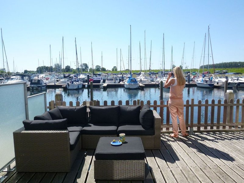 Water home with private jetty and enclosed terrace, alquiler vacacional en Wolphaartsdijk