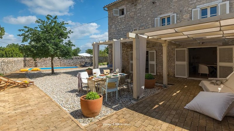 Lovely stone villa with pool in Central Istria, location de vacances à Stokovci