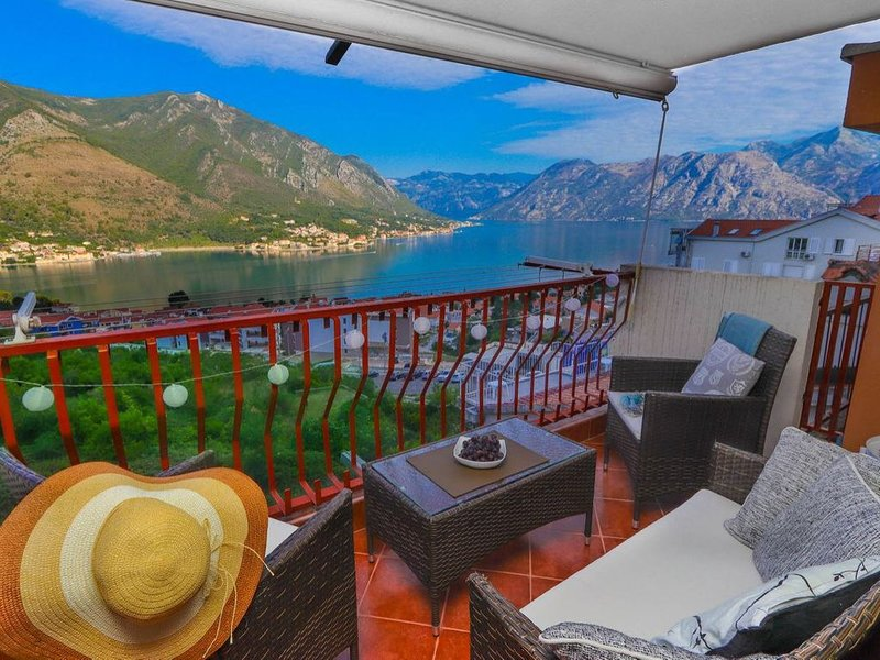 Apartment Sea View is 70 suqre meters with modern design and breathtaking view., location de vacances à Kotor