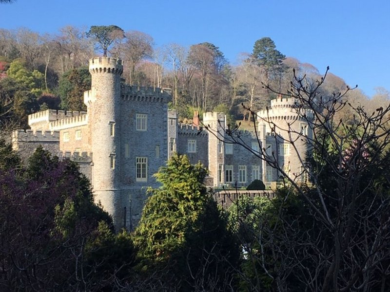 Spacious, self contained flat within this Historic Castle of Caerhays, within wa, location de vacances à Portloe