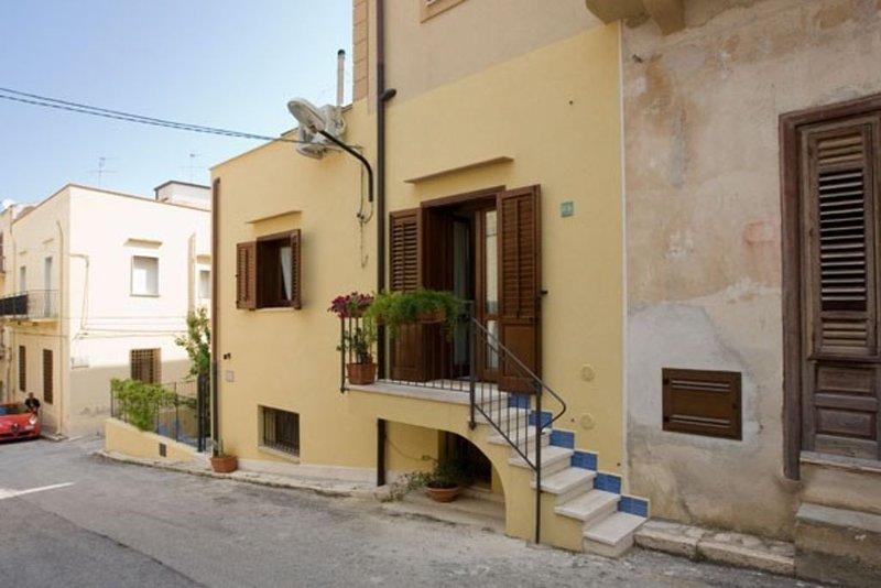 Elegante dimora tipica completamente rinnovato a pochi passi dalla spiaggia, vacation rental in Castellammare del Golfo