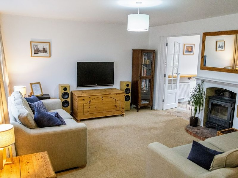 Holiday house, 2 large king bedrooms, close to GW, Sleeps 6, vacation rental in Eartham