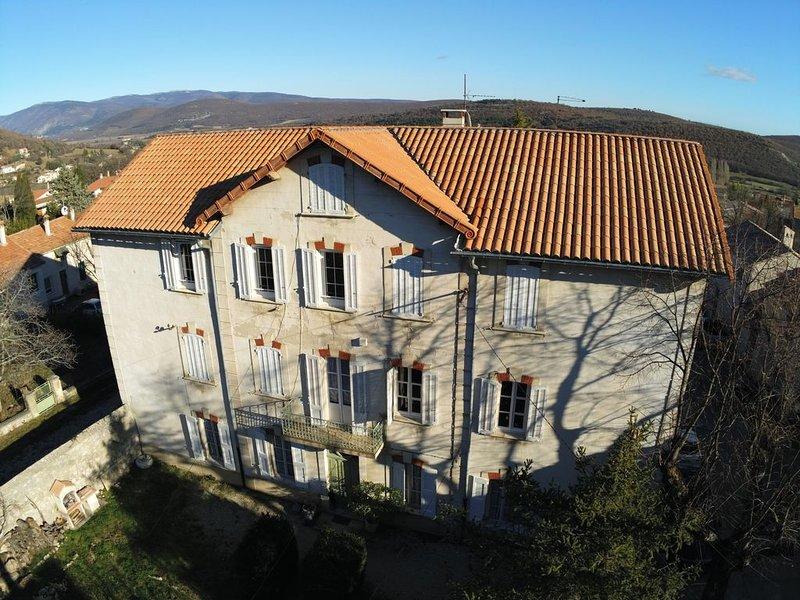 Appartement dans MAISON de caractère avec jardin, holiday rental in Simiane-la-Rotonde