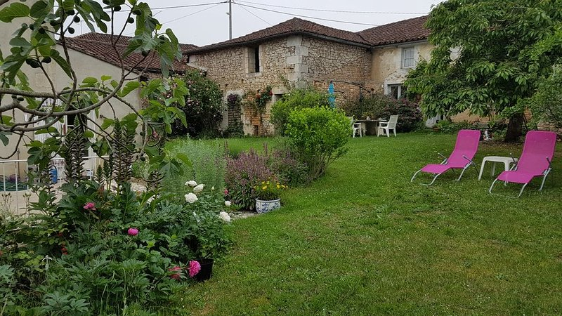 Country house with beautiful view and garden, holiday rental in Soyaux