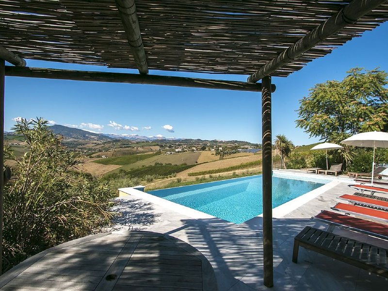 Luxury Villa With Superb Infinity Pool And Stunning Country Views To  Mountains, aluguéis de temporada em Patrignone