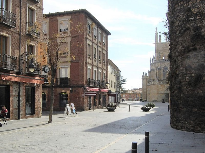 Housingleon- Plaza Catedral, holiday rental in Villacelama