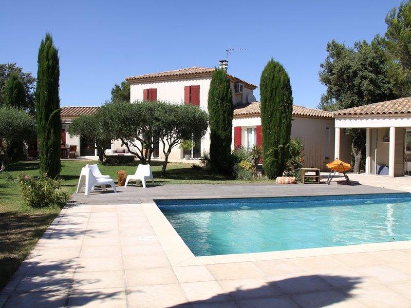 Villa lumineuse calme avec Jardin & Piscine, Nîmes – 8/12 pers. – 04/26 juillet, location de vacances à Caveirac