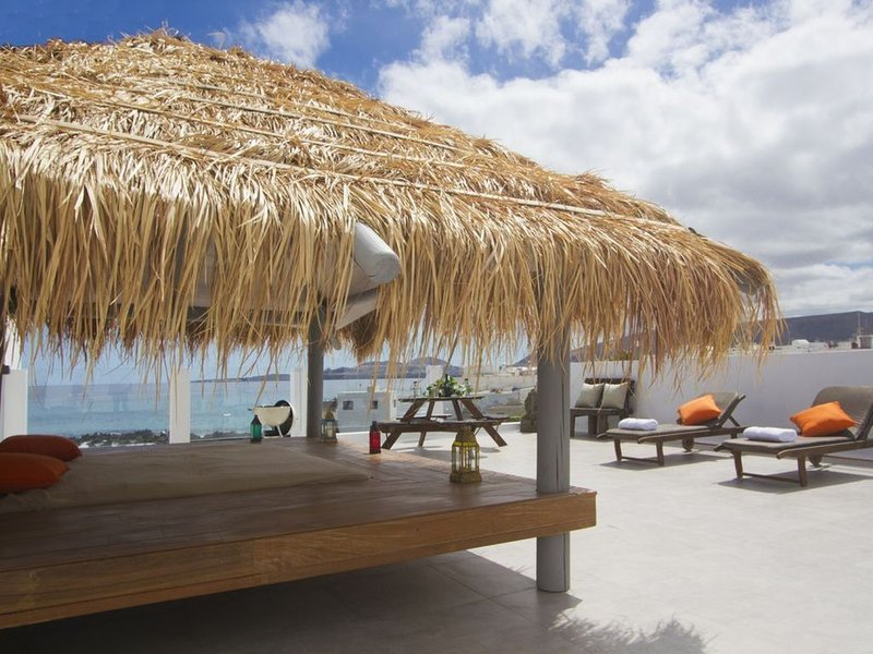 Pebbles, 2 bedroom stunning ground floor apartment, on the waters edge, car inc, vacation rental in Punta Mujeres