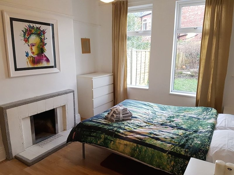 Artists garden flat in popular Chorlton location, holiday rental in Cheadle