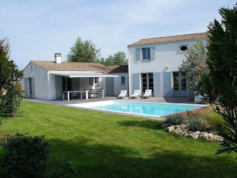 Jolie villa avec piscine chauffée, jardin arboré proche plage et commerces, holiday rental in Ile d'Oleron