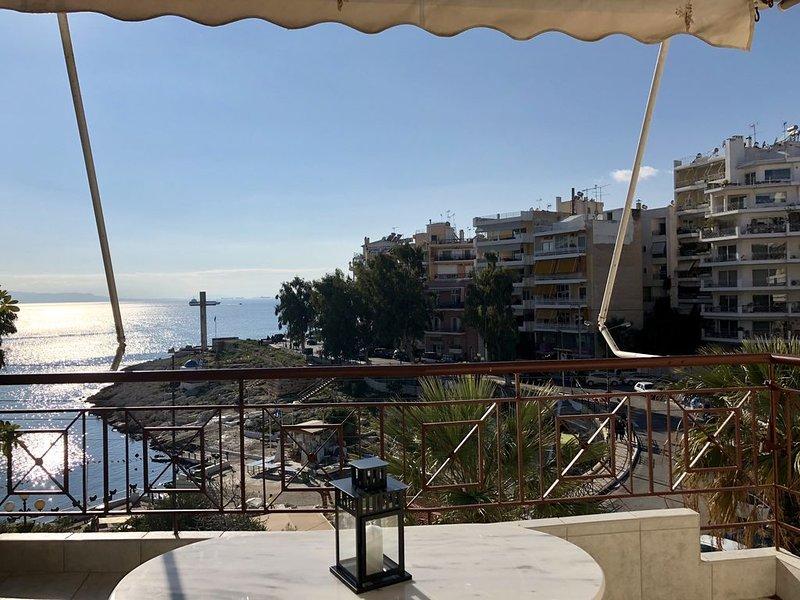 Cozy, newly renovated and sea view apartment., location de vacances à Piraeus
