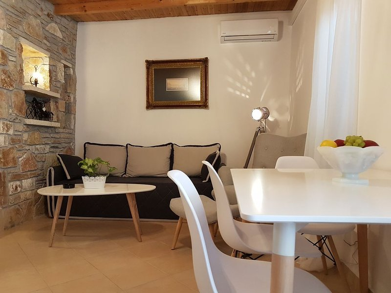 Nafplio Cosy Mountain Cottage . Recently renovated with view of the town fort., aluguéis de temporada em Mycenae