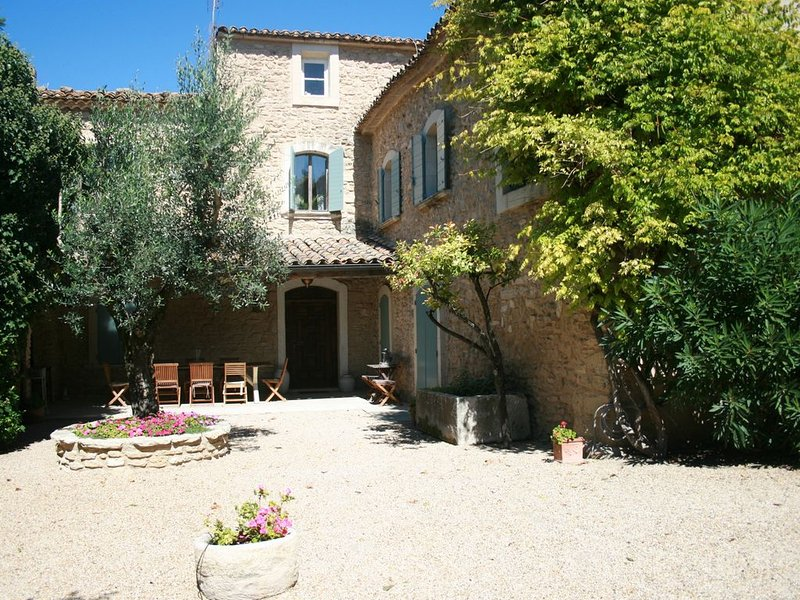 Gorgeous Provencal Farmhouse. Sleeps 18.  Swimming pool and floodlit tennis cour, holiday rental in L'Isle-sur-la-Sorgue