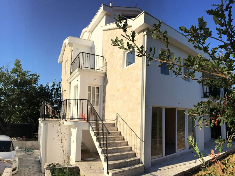 New spacious villa Patrick House with beautiful view of Tivat Bay, holiday rental in Krasici