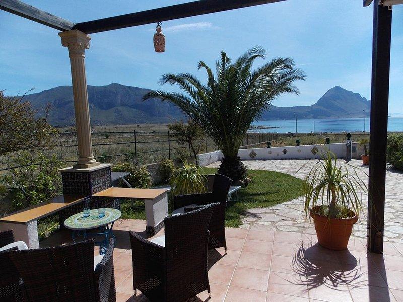 Splendida VILLA vista MARE sul golfo di MACARI con giardino - 7 POSTI - 2 BAGNI, holiday rental in San Vito lo Capo
